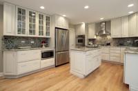 Кухня провансаль с мраморными стеновыми панелями