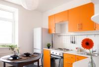 Небольшая оранжевая кухня углом