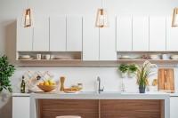 Лаконичная кухня модерн с деревянными вставками