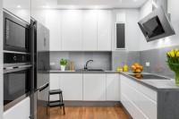 Кухня с высокими шкафчиками и глянцевыми фасадами