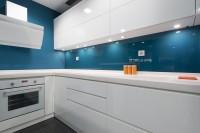 Глянцевая кухня на синей стеновой панели