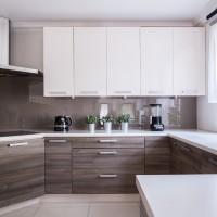 Угловая кухня с высокими шкафами