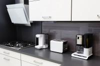 Строгая модернисткая кухня, белые фасады и черная столешница