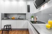Кухня с плоскими высокими фасадами под потолок